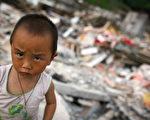 拍摄于六月四日,四川什邡市(Shifang),一名幼童在地震的瓦砾堆中。(Photo by Andrew Wong/Getty Images