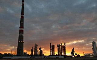 2007年12月20日,在古巴首都哈瓦那以東280公里的一家委内瑞拉和古巴合資的煉油厰。(ADALBERTO ROQUE/AFP/Getty Images)