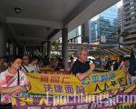 9年来一直积极参与居民争取住屋和居留权运动的甘浩望神父(中),指家庭团聚是人的基本权利。(摄影:黄静荣/大纪元)