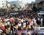 数十辆警车被愤怒的学生和民众推翻。(大纪元)