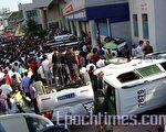 贵州民众抗暴事件发生后,数十辆警车被愤怒的学生和民众推翻。(大纪元)