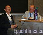 任畹町先生在爱尔兰著名学府都柏林三圣学院做关于中国人权状况的演讲。(大纪元)