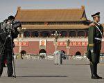 外媒最想得到从1989年学生民主运动遭受中共血腥镇压的天安门广场现场直播的许可,然而与北京交涉的过程却充满挫折。图为2008年3月3日,一名电视记者在天安门广场的士卫前拍摄广场镜头。(PETER PARKS/AFP/Getty Images)