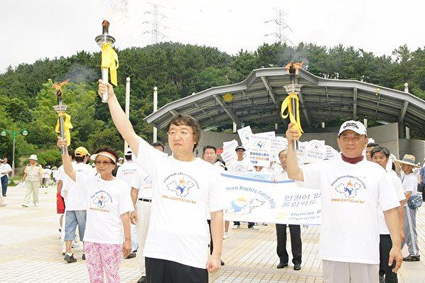 「人權聖火」抵釜山 高齡國手傳火炬