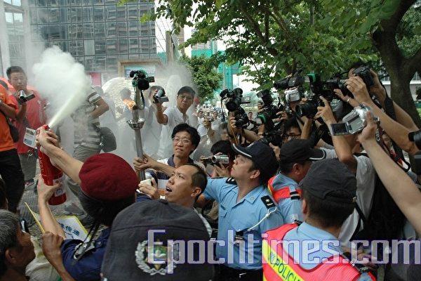 澳門當局用滅火筒阻擾人權聖火火炬 帶走5人