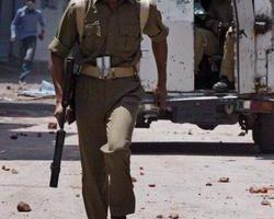 印度警方在克什米爾機場道路卸除大型炸彈