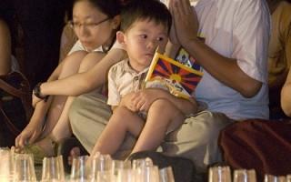 组图:奥运前一夜 人权烛光祈福