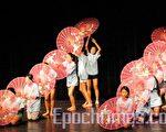 """伞舞""""细雨丝丝""""。(摄影﹕杨天仪/大纪元)"""