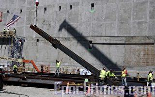 圖﹕全國9/11紀念博物館的的第一根鋼柱,昨天在世界貿易中心立起﹐標誌著紀念2001年9月11日和1993年2月26日恐怖襲擊中近3,000名死難者的建築工程正式破土動工。(攝影﹕艾德華∕大紀元)