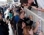 今天是美國遭911恐怖攻擊7年的紀念日﹐全美各地都在舉行活動﹐紀念這個給這個給人民帶來災難的日子。圖為9月10日﹐民眾在紐約曼哈頓參加用于建築911紀念館用的鋼梁簽名活動。(攝影﹕戴兵∕大紀元)