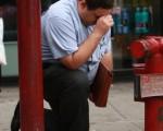 紐約民眾,在911恐怖攻擊的出事現場,哀悼死難者。(Spencer Platt-Pool/Getty Images)