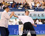 沈茂惠老先生和对手的擒拿演练(摄影:明国∕大纪元)