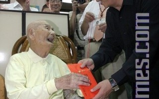重阳敬老  市长探视百岁人瑞