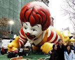 圖為梅西感恩節大遊行的主角之巨型氣球卡通明星們已於昨日(11月26日)準備就緒,就等著參加遊行了。(圖/文:戴兵/大紀元)。