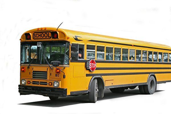 美校车发生侧翻事故 12名学生受伤