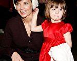 凱蒂·赫爾姆斯(Katie Holmes)帶著愛女蘇瑞(Suri)觀看芭蕾舞劇, 小蘇瑞十分可愛的抓著媽媽的帽子。(圖/Getty Images)