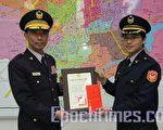 嘉市警察局舉辦「如何做好勤區經營」徵文比賽活動。獲獎員警於31日下午接受局長劉柏良(左)頒發獎狀及圖書禮券。(攝影:李擷瓔/大紀元)