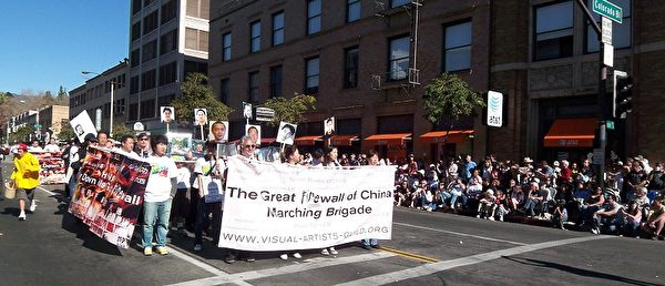 圖為人權組織參加洛杉磯帕薩迪納老城舉辦的Doo Dah遊行,呼籲拆毀中共防火牆,給予中國人言論自由。(劉菲/大紀元)