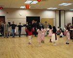 父親們模仿女兒們舞蹈動作表演情景之一。(攝影:世桑/大紀元)