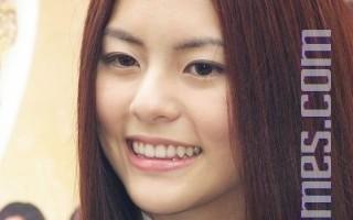 任容萱为戏宣传上街头  人气不输姊姊Selina