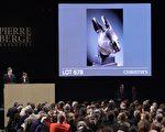 法國佳士得拍賣行二十六日凌晨2 時在巴黎拍賣中國圓明園流失文物鼠首和兔首銅像,兩個獸首分別以一千四百萬歐元的價格被一電話買家買走。有業界指出,買家是華人的可能性很大。 (PATRICK KOVARIK/ AFP)