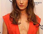 国际影星Maggie Q身穿深V橘色长裙性感抢镜。(图/Getty Images)