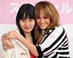 拉丁天后詹妮弗·洛佩兹(Jennifer Lopez)现身东京表现十分亲民,邀请Fans上台合照。(图/Getty Images)