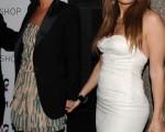 名模凯特-摩丝(Kate Moss )与拉丁天后珍妮弗·洛佩兹(Jennifer Lopez)好交情一起牵手亮相。(图/Getty Images)