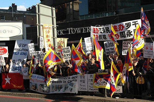 胡锦涛抵英 多团体抗议要求民主与人权