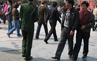 京访民清明节天安门城楼撒传单抗腐败
