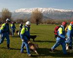 4月6日在意大利的拉奎拉市發生的強烈地震,目前已知有179人罹難,救難隊今天繼續與時間賽跑,搜尋生還者。(CHRISTOPHE SIMON/AFP/Getty Images)