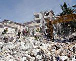 意大利發生強震23小時後,救難人員從一棟坍塌的四層樓公寓中救出一名年輕女子。(CHRISTOPHE SIMON/AFP/Getty Images)