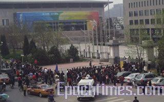 繼續到北大抗議孫東東 警察暴力抓人