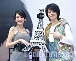 陈乔恩送了一座贴满专辑封面的埃菲尔铁塔给纪佳松,让纪佳松很感动。(摄影:黄宗茂/大纪元)