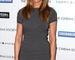 珍妮弗·安妮斯顿 (Jennifer Aniston)身穿紧身短裙出席电影放映会。(图/Getty Images)