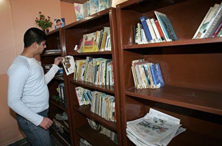 放置在架子上的書本很容易堆積灰塵,若濕度又夠便很可能形成霉菌而成為過敏源。(SABAH ARAR/AFP/Getty Images )