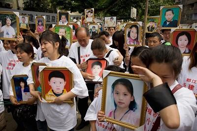 汶川地震13周年 数百家长市政府再诉求