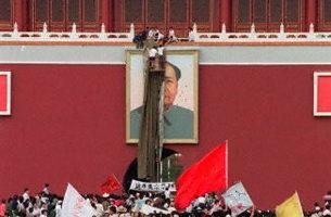 1989年天安門城樓上被塗汙的毛澤東的畫像。(法新社)