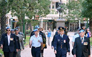 聯合國和平維護及締造者退役代表在澳洲陸軍軍樂隊雄偉的樂聲引鄰下進入會場。(攝影:林珊如/大紀元)