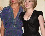 卡梅隆-迪亚茨(Camera Diaz)与索菲亚-瓦茜丽娃(Sofia Vassilieva)并肩而立,在索菲亚的青春无敌对比下,卡梅隆尽管红唇抢镜,却已经风华老去,俨然像一个大妈。(图/Getty Images)