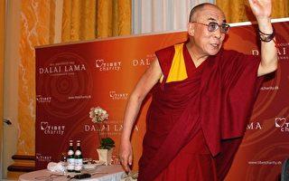 达赖喇嘛会见丹麦民众 获赠《九评》