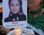 伊朗一名年轻女子 Neda (妮达)在首都德黑兰(Tehran)街头中弹,其血迹斑斑,怵目惊心的死亡镜头在网上大幅流传。而妮达在伊朗示威运动中已经被民众尊为烈士。(MARK RALSTON/AFP/Getty Images)