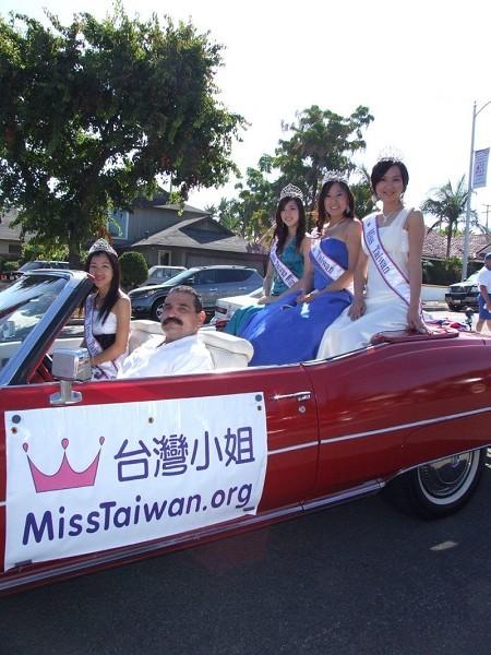 台湾小姐参加哈岗市国庆大游行