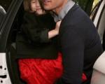 湯姆·克魯斯(Tom Cruise)緊摟著寶貝女兒。(圖/Getty Images)