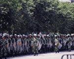 """从89年""""六四""""到2008年的""""西藏事件"""",一直到这次的""""新疆事件"""",中共的模式是:""""未暴先镇,镇而后暴""""。图为大量的武装部队进驻乌巿街头(法新社)"""