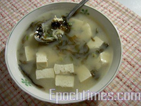 清爽、低热量的豆腐虾皮紫菜味增汤(梅芬/大纪元)