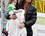 阿湯嫂凱蒂-霍爾姆斯(Katie Holmes)穿著厚厚的羽絨服出現在片場,懷裏還抱著她的女兒蘇瑞。(圖/Getty Images)