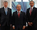 """""""三个好友""""美 国总统奥巴马(右)、墨西哥总统卡德龙( 中 )和加拿大总理哈珀( 左 )预期将发表联合宣言,强调共同对抗新流感,尽可能减少其感染范围。(Photo by  JEWEL SAMAD/AFP)"""