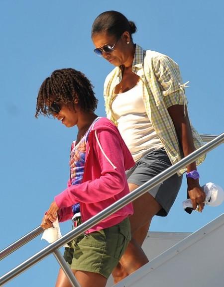 奥巴马美西渡假 米歇尔短裤搭机成焦点