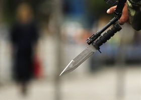 新疆事件之后一名武警手持枪械在街头巡逻。(法新社)